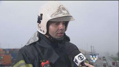 Bombeiros continuam trabalhando no local do vazamento de gás em Guarujá - Vazamento começou por volta das 15h30 desta quinta-feira em um terminal da Localfrio.