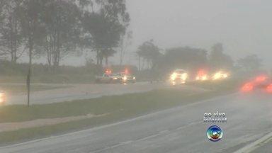 Chuva forte alaga parte da cidade de Guararapes, na região de Araçatuba - A chuva que deu uma trégua na região de Rio Preto (SP) e Catanduva (SP), perto de Araçatuba (SP) foi fortíssima na noite desta sexta-feira (15). Parte de Guararapes (SP) ficou alagada.