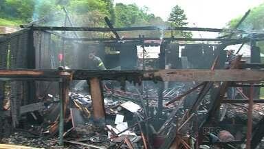 Mãe e filha morrem em incêndio em Laranjeiras do Sul - Outras três crianças estavam dormindo na casa no momento em que o fogo começou.
