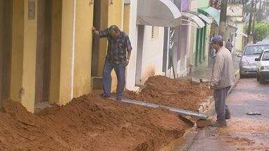 Moradores trabalham para limpar estragos provocados por temporal em Fernando Prestes, SP - As estradas que ligam o município a Ariranha (SP) e Vista Alegre do Alto (SP) continuam interditadas.
