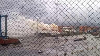Fumaça provocada por vazamento de gás no Guarujá (SP) já chegou a 3 cidades - Mais de cem homens dos bombeiros e 40 brigadistas trabalham no combate ao fogo no pátio num terminal do Porto de Santos, no Guarujá.