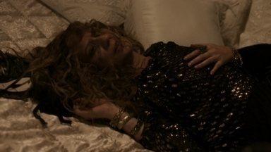 Isabel sofre ao se lembrar de Augusto - Depois de se esbaldar em festa, marquesa dispensa o rapaz que leva para o seu quarto