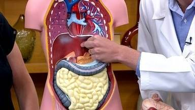 Quem tem refluxo deve jantar até no máximo duas horas antes de dormir - O endocrinologista Bruno Halpern explica que bebidas alcoólicas pioram o refluxo, já que o álcool relaxa a válvula do esôfago.