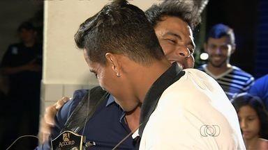 Os bastidores do encontro entre Zezé Di Camargo e Wendell Lira - Atacante vencedor do Prêmio Puskás recebe visita surpresa do cantor, um de seus ídolos, e se emociona.