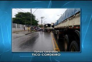 Motociclista fica ferido após batida com caminhão em Montes Claros - Caminhoneiro teria invadido a contramão para desviar de um ônibus.