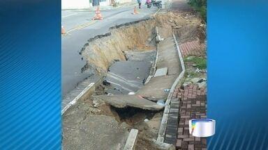 Parte de avenida cedeu em Taubaté após a chuva - Cratera engoliu um carro na última sexta.
