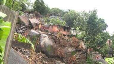 Chuva preocupa moradores do Morro da Boa Vista, em Vila Velha - Obras de contenção não pararam durante chuva.