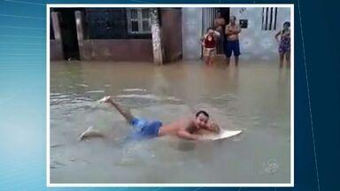 Chuva forte alaga ruas em cidades do interior do Ceará - Em Pacatuba, moradores 'surfaram' em ruas alagadas.
