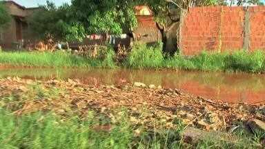 Moradores de Cuiabá relatam complicações com alagamentos - Moradores de bairro na capital relatam complicações no período de chuvas