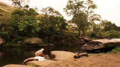 Manuela encontra um bebê na margem do rio - Contrariando Cunegundes, o bebê é acolhido por Eponina e Manuela
