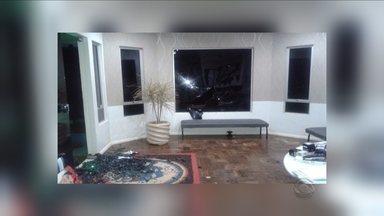Prefeitura de Passos Maia é alvo de vandalismo por ciúme; entenda o caso - Prefeitura de Passos Maia é alvo de vandalismo por ciúme; entenda o caso