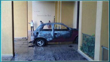 Homem coloca fogo em carro e joga contra igreja - A polícia pediu a prisão preventiva do homem que incendiou um carro e o jogou contra o santuário São José em Apucarana.
