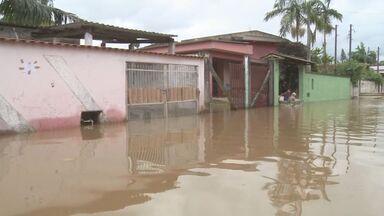 Desabrigados voltam para casa após alagamento em Registro - Cidade do Vale do Ribeira sofreu com chuva na última quinta-feira