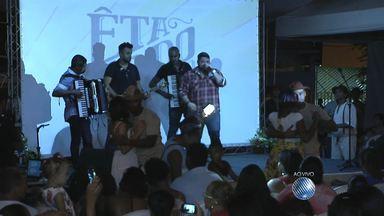 Cantor Danniel Vieira se apresenta em ação de estreia da novela 'Êta mundo bom' - O evento foi no bairro de Paripe, no subúrbio de Salvador.