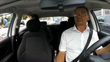 Taxistas de São Paulo passarão a ter novas regras de conduta e vestimenta - As regras dão uma repaginada no visual do taxista dos pés à cabeça. Além dessa mudança, a partir de março, os taxistas terão que oferecer máquina de cartão de débito e crédito.