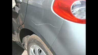 Mulher tem carro riscado em estacionamento e registra caso na polícia - Segundo o delegado Jonivaldo Carneiro, o responsável pode responder por crime de dano.