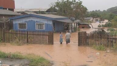 Moradores tentam voltar a rotina depois de enchente - Depois da chuva que castigou Ji-Paraná no último fim de semana os moradores estão voltando à rotina. Difícil para muitas famílias que tiveram prejuízos enormes com a perda de móveis e eletrodomésticos.