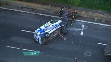 Ambulância capota na Rodovia Raposo Tavares - O acidente causou a interdição de duas faixas da rodovia.