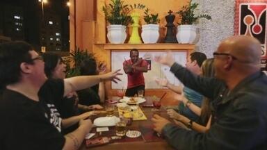 Hoje é dia de brincar: vamos conhecer um bar de jogos! - Alexandre Henderson visita uma luderia em São Paulo. Lugar oferece mais de 700 jogos de tabuleiro, aproxima pessoas e reforça a tendência mundial do retorno desses jogos.