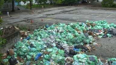 Pátio da Uerj tem lixo acumulado - Segundo a Uerj, a empresa responsável pelo recolhimento está sem receber o pagamento desde setembro do ano passado. A universidade disse ainda que busca parcerias para não deixar o lixo acumular.