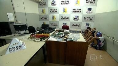 Três são detidos suspeitos de mortes em Contagem, na Grande BH - Foram apreendidos celulares, dinheiro, maconha, crack e cocaína.