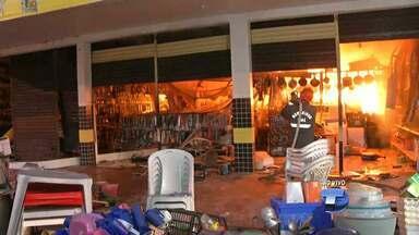 Incêndio atinge loja na Av. Tapajós, no centro de Santarém - Fogo começou por volta de 5h30 desta sexta-feira; causas serão apuradas. Bombeiros e comerciantes trabalharam cerca de 3h para conter chamas.