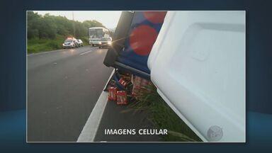 Caminhão roubado tomba na Rodovia Luís de Queiróz e provoca lentidão no trânsito - O caminhão que levava uma carga de cerveja saiu de Jaguariúna com sentido a capital. Um assaltante rendeu o motorista e roubou a carga. Após ser perseguido pela polícia, o suspeito pulou do caminhão em movimento. Uma faixa da rodovia sentido Piracicaba ficou interditada.