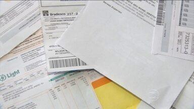 Endividamento das famílias diminui e inadimplência aumenta em 2015 - Número de famílias com contas em atraso subiu 8,4%. Já o índice de famílias que não têm como honrar as dívidas vencidas aumentou ainda mais: 23,2%.