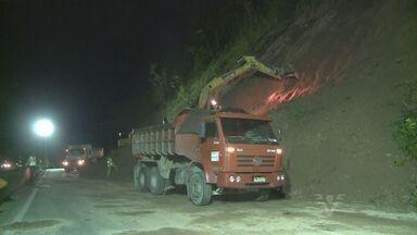 Queda de barreira acontece na Rodovia Régis Bittencourt - A queda aconteceu no fim da tarde de quinta-feira (21) e os motoristas precisaram esperar até às 6 horas para conseguir passar.