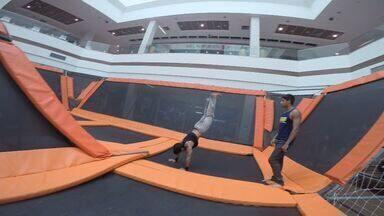 Em Movimento: Parkour na cama elástica! - Levamos o pessoal do Parkour para fazer as acrobacias numa cama elástica gigante dentro de um shopping. Será que funciona?