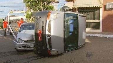 Van tomba depois de bater em um carro em Varginha, MG - Van tomba depois de bater em um carro em Varginha, MG