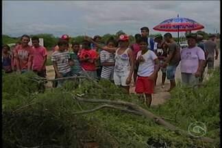 Moradores do Assentamento José Almeida bloqueram estrada da Tapera - Eles pedem construção das casas, segundo eles, prometidas pelo Incra