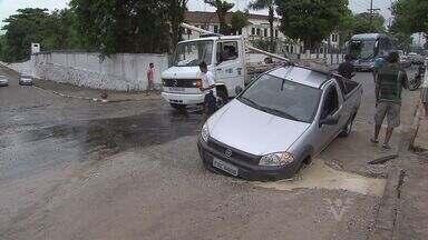 Carro cai dentro de buraco em avenida de São Vicente - Acidente aconteceu na manhã deste sábado, na avenida Antonio Emmerich, Guincho retirou o carro do buraco.
