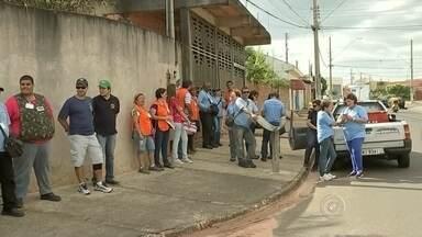 Grupo faz mutirão em bairros de Agudos neste sábado para combater a dengue - Três grupos de moradores visitaram dois bairros de Agudos. O primeiro foi o Jardim Santa Angelina, onde foi registrado o primeiro caso do ano de suspeita de dengue, e o segundo foi o Jardim Cruzeiro.