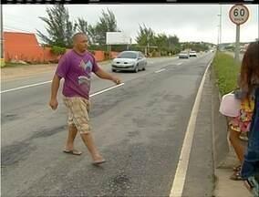 Imprudência provoca acidente na Rodovia Amaral Peixoto, RJ-106 - Repórter flagrou irregularidade no trânsito.