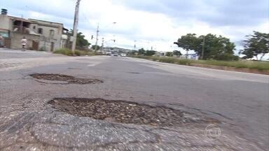 Motoristas reclamam da quantidade de buracos na Via Expressa, em Contagem, na Grande BH - Eles dizem que a malconservação causam danos aos veículos como pneus furados, por exemplo.