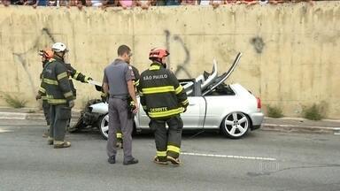Dois carros batem e deixam feridos na Zona Leste - O acidente aconteceu em Itaquera. Cinco pessoas ficaram feridas.