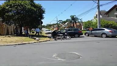 Motociclista fica ferido depois de acidente com carro em Curitiba - A batida aconteceu no bairro Boa Vista
