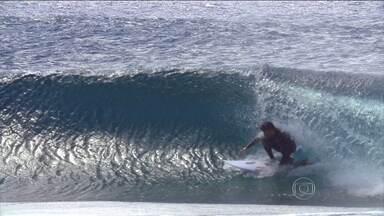 Surfistas procuram uma nova onda no Oceano Atlântico, na Ilha de Trindade - Um navio da Marinha leva Pedro Scooby e Eric de Souza para a ilha mais distante do litoral brasileiro
