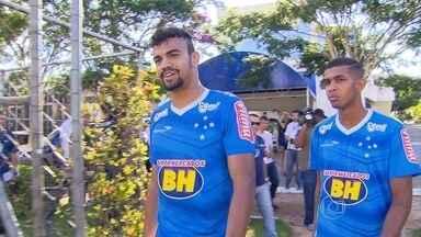 Destaques na Copa São Paulo, Alex e Fabrício treinam entre os profissionais do Cruzeiro - Alex se destacou marcando belos gols e Fabrício pela segurança na zaga