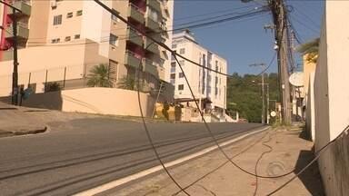 Fios de luz soltos e enrolados oferecem risco a moradores de alguns bairros da capital - Fios de luz soltos e enrolados oferecem risco a moradores de alguns bairros da capital