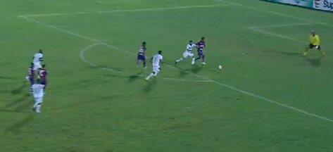Núbio Flávio tem chance de ampliar, mas perde bola para zagueiro - Núbio Flávio tem chance de ampliar, mas perde bola para zagueiro