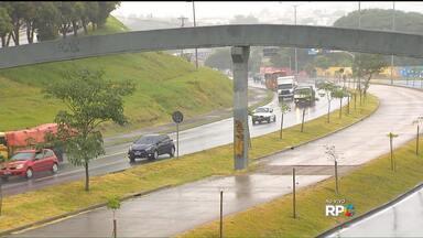 Obras bloqueiam pista marginal da Linha Verde, nesta quinta-feira - Passarela da Linha Verde, na região do Padro Velho, vai ser retirada. A mudança deve facilitar o trânsito de ônibus e outros veículos na via.