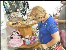 Artesãos levam produtos aos principais shoppings da cidade em Campos, no RJ - Produtores exibem seus produtos.