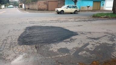 Após reclamações, prefeitura tapa buraco no Parque Amazônia, em Goiânia - Morador da capital comemorou a solução do problema na Avenida Rio Negro.