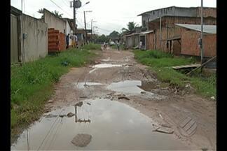 Moradores de passagem no bairro do Bengui reclamam de falta de saneamento - Comunidade convive diariamente com lixo acumulado, mato alto e lama nas vias.