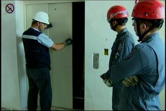Bombeiros de Divinópolis treinam para resgate de passageiros presos em elevador - O curso foi realizado com o intuito de orientá-los a realizar o resgate de forma segura, sem causar danos materiais no elevador, que é um patrimônio comum.