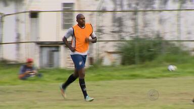 Com pelo menos dois desfalques, Tupi-MG prepara para estreia no Mineiro - Junior Lopes não vai poder contar com zagueiro Léo Fortunato e com o atacante Romário.