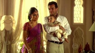 Raj busca Maya na casa da sogra - Koshi abençoa o casal e Maya volta para a a casa da família do marido
