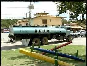 Moradores há 4 meses sem água precisam comprar caminhões pipa em Rio das Ostras, RJ - Segundo a Cedae, outra interligação está sendo feita no bairro.